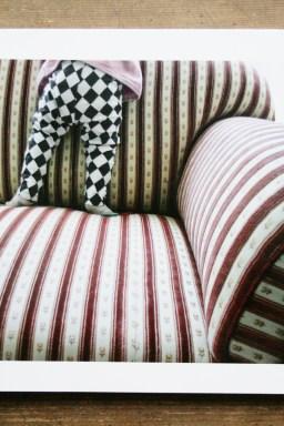 Schatzi, schenk mir ein Fotobuch! Kind auf Sofa. Foto: Julia Marre
