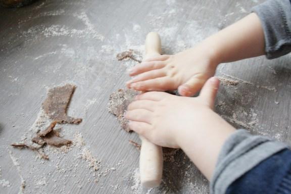 Schwofen vorm Ofen: mit der Teigrolle geht es los. Foto: Julia Marre