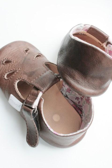 Zeigt her Eure Füße: Braun sind die Puschen mit rosa Baumwollfutter. Foto: Julia Marre