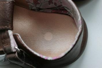 Zeigt her Eure Füße: Nach wenigen Wochen war der Aufkleber auf der Sohle ab. Foto: Julia Marre