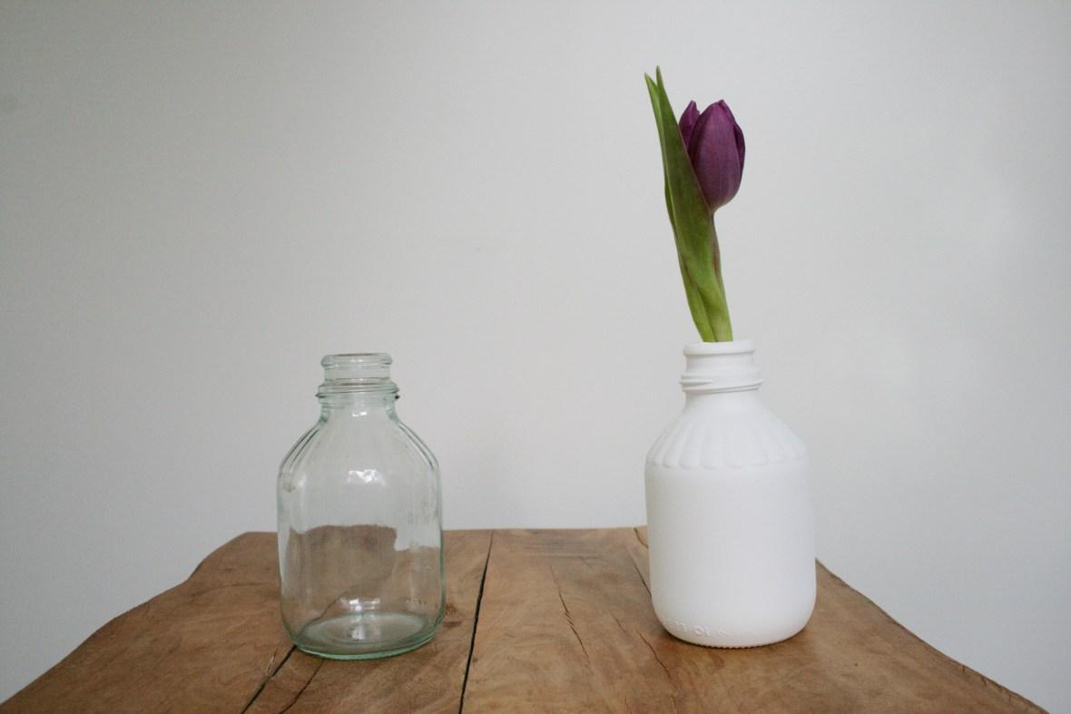 Vorher - Nachher: Das kleine Fläschchen beiheimatete mal Kondensmilch. Nun wohnt darin eine Blume. Foto: Julia Marre