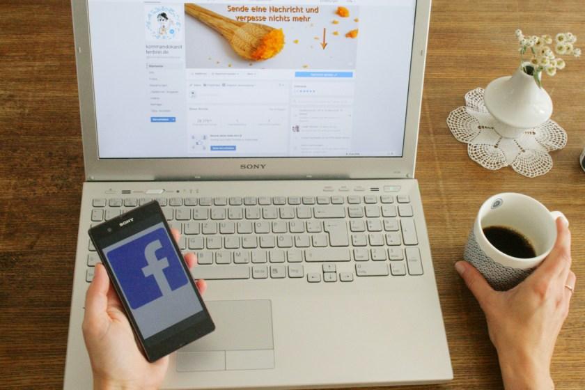 Facebook-Gruppen für Mama-Blogger: Eine Frau arbeitet am Laptop.