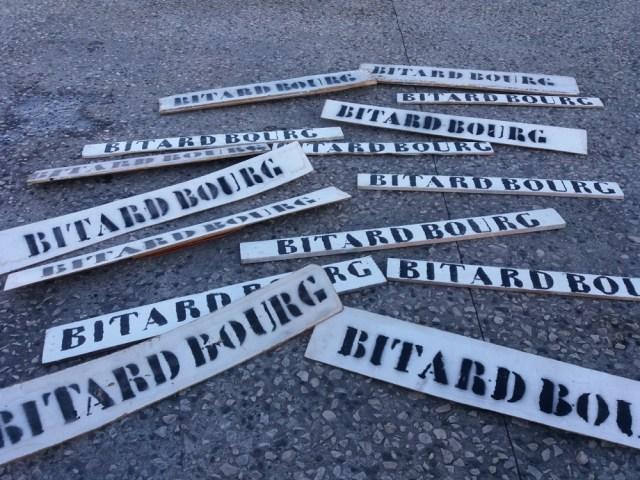 Intervention au conseil municipal avec les pancartes des bitards ramassées aux entrées de la ville