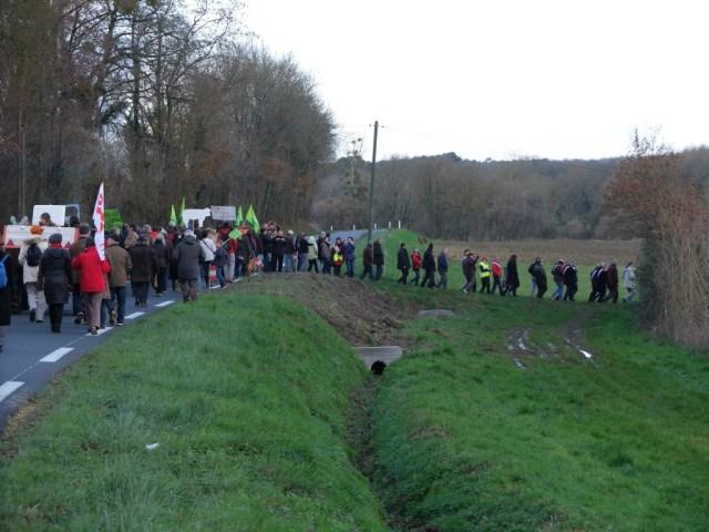 Coussay-les-Bois. Manifestation pour l'arrêt des travaux illégaux sur le site de la ferme-usine de  lundi 12/04. Et l'attestation…