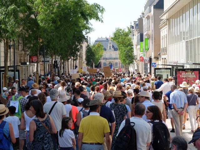 [photos] De nouveau une grosse manifestation à Poitiers contre le pass sanitaire