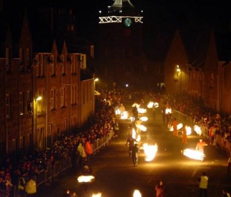 Las tradiciones de año nuevo alrededor del mundo que debes conocer - barriles-escocia-590x502