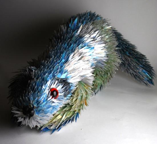 Impresionantes figuras de animales hechas a partir de CDs - Otter_by_SeanAvery