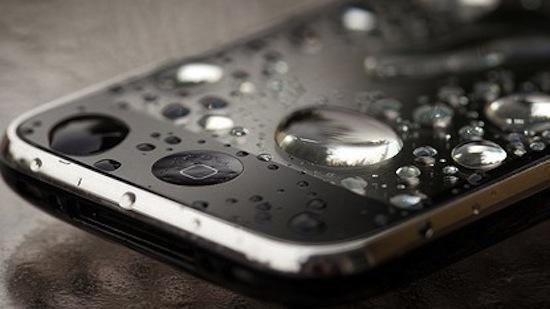 Qué hacer cuando se moja el celular - celular-mojado
