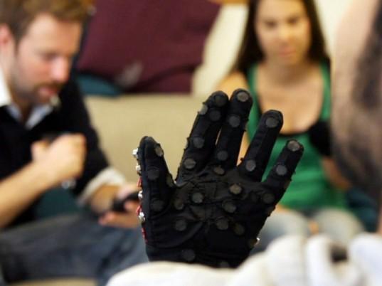 Guante que permitirá a sordo-ciegos utilizar smartphones - mobile-lorm