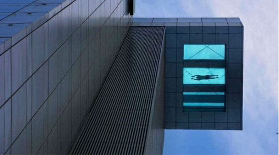 Piscina de fondo transparente ubicada en el piso 24 del Holiday Inn en Shangai - piscina-de-fondo-transparente