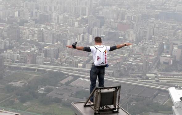 ¿Quién es Felix Baumgartner? Te mostramos un top de sus cinco mejores saltos - Felix-baumgartner-taipei-590x374