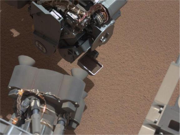 El robot Curiosity pudo haber perdido un pedazo de plástico en Marte - foto-robot-curiosity-marte
