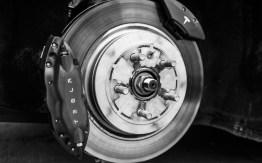 El vehículo eléctrico Tesla S gana el premio Auto del Año que otorga la revista Automobile Mag - Tesla-Model-S-brake
