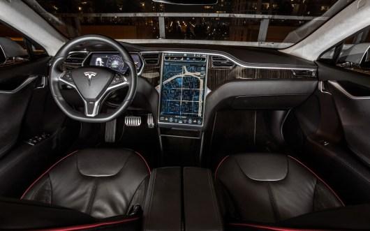 El vehículo eléctrico Tesla S gana el premio Auto del Año que otorga la revista Automobile Mag - Tesla-Model-S-dash
