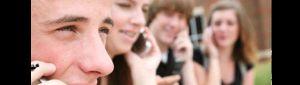 El 90% de los jóvenes revisa su celular al despertar, según un estudio