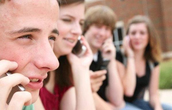 El 90% de los jóvenes revisa su celular al despertar, según un estudio - revisar-el-celular-al-levantarse