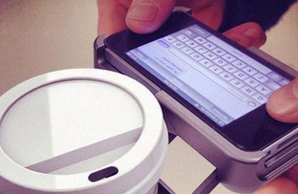Inventan funda para iPhone con soporte para llevar una bebida - funda-para-iphone-con-soporte-para-vaso