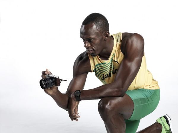 Usain Bolt se une a Samsung y presentan la nueva cámara NX300 ultrarrápida - Usain-Bolt-with-NX300-4-600x449