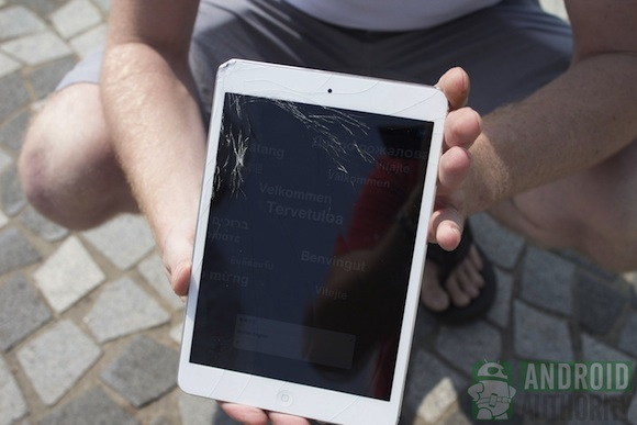 iPad Mini vs Nexus 7 ¿Cuál resiste más a los golpes y caídas? [Video] - ipad_mini_cracked
