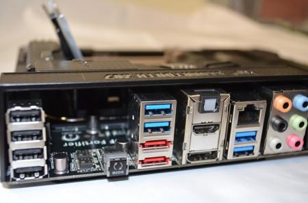 ASUS Sabertooth Z87 puertos 450x297 Cómo elegir la tarjeta madre (motherboard) ideal para tu computadora