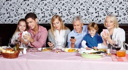 Phubbing, el acto de prestar más atención al celular e ignorar a los demás