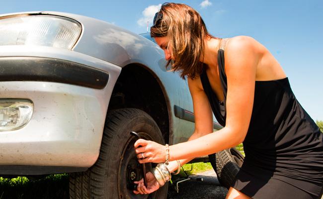 5 consejos para ahorrar gasolina - cambio-llanta-mujer