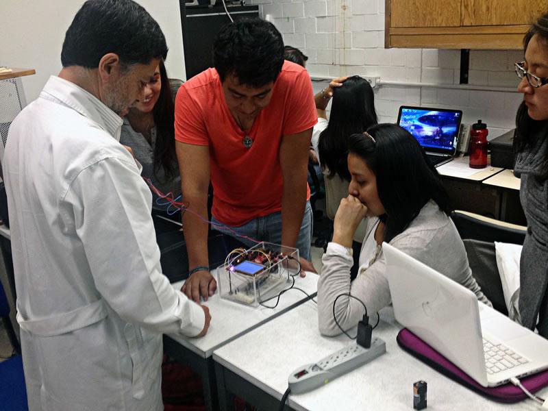 Desarrollan en UAM-I monitor que registra signos vitales de embarazadas y bebés al mismo tiempo - Alumnos-UAM-monitor-signos-vitales-embarazadas