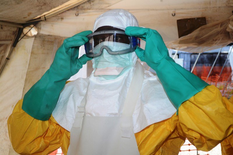 El traje especial contra el ébola - ebola-800x533