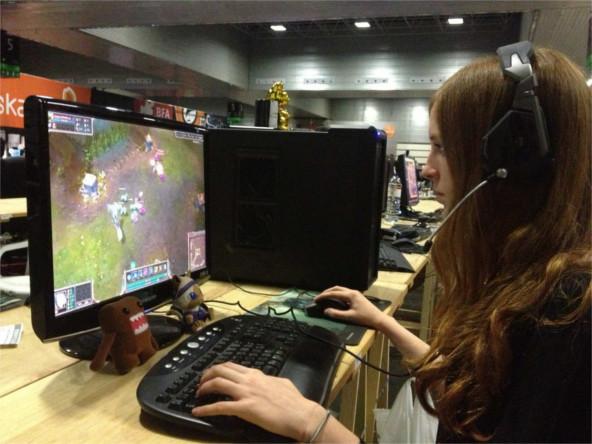 Estudio arroja quién juega más videojuegos: hombres o mujeres - mujeres-jugando-videojuegos