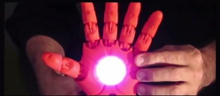Crean prótesis de mano de Iron Man con impresora 3D