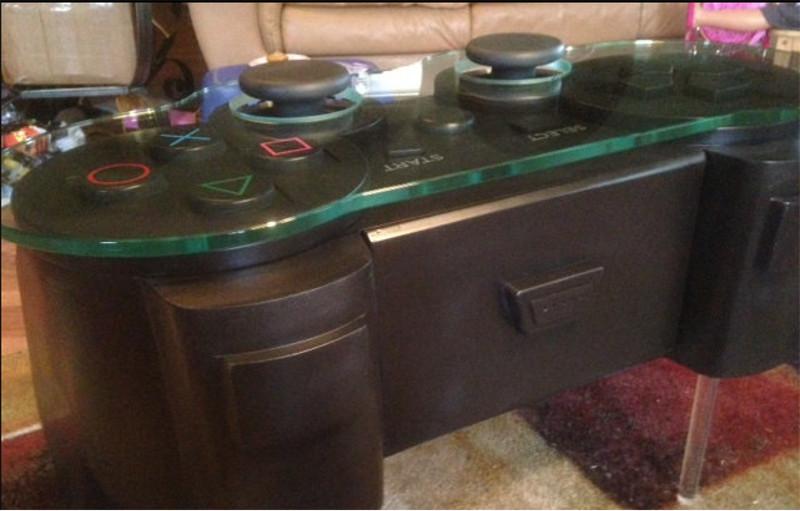 Crean mesa en forma de un control de PlayStation - mesa-forma-playstation