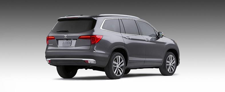 Honda Pilot 2016 quiere conquistar el segmento de SUV de tres filas de asientos - Honda-Pilot-2016-trasero