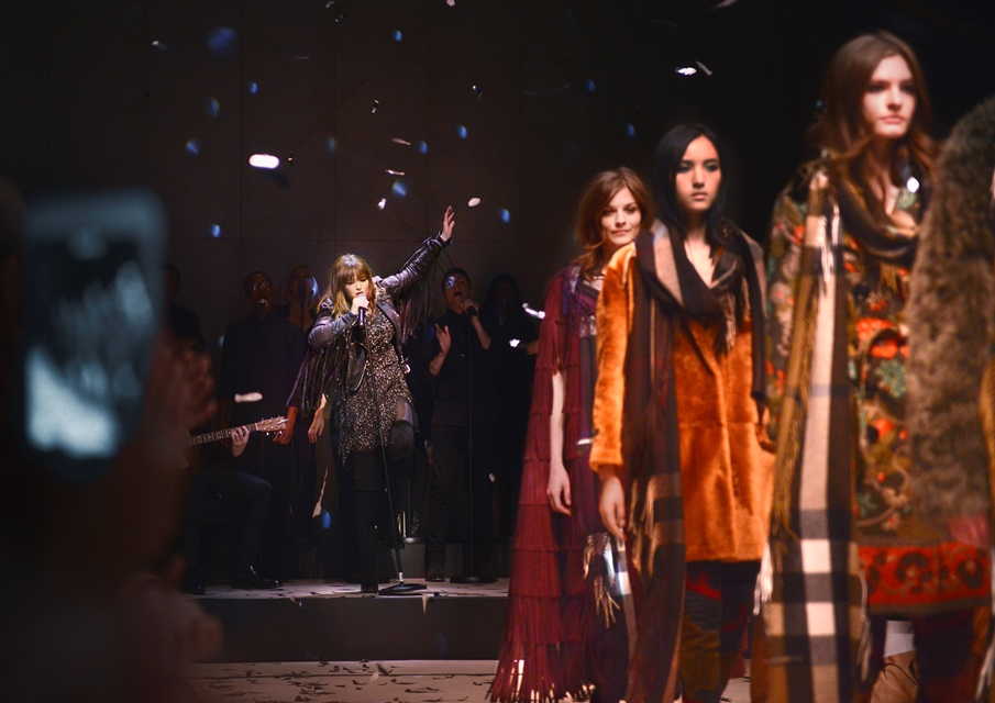 Burberry lanza canal dedicado en Apple Music - Clare-Maguire-performing-live-at-the-Burberry-Womenswear-Autumn_Winter-2015-Show