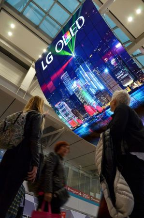 LG Electronics crea la pantalla OLED más grande del mundo - oled-signage-incheon-airport_4