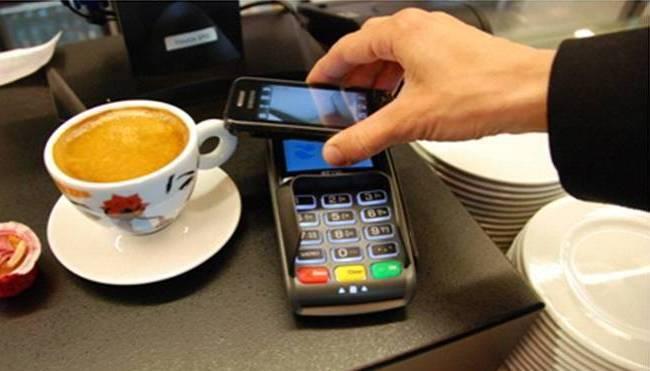 ¿Qué es la NFC y por qué debe importarnos? - person-using-nfc-payment-on-smartphone
