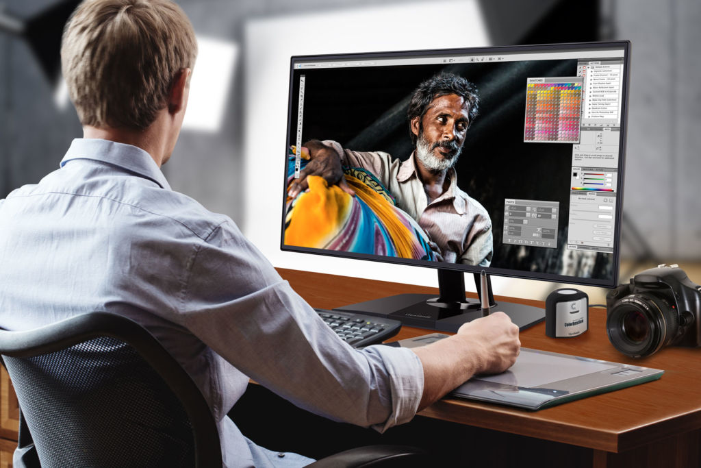 VP2468 de ViewSonic, monitor profesional con extraordinaria precisión de color - photographer-in-studio_vp2468
