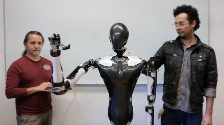 Empresa incubada en la UNAM desarrolla robot de servicio