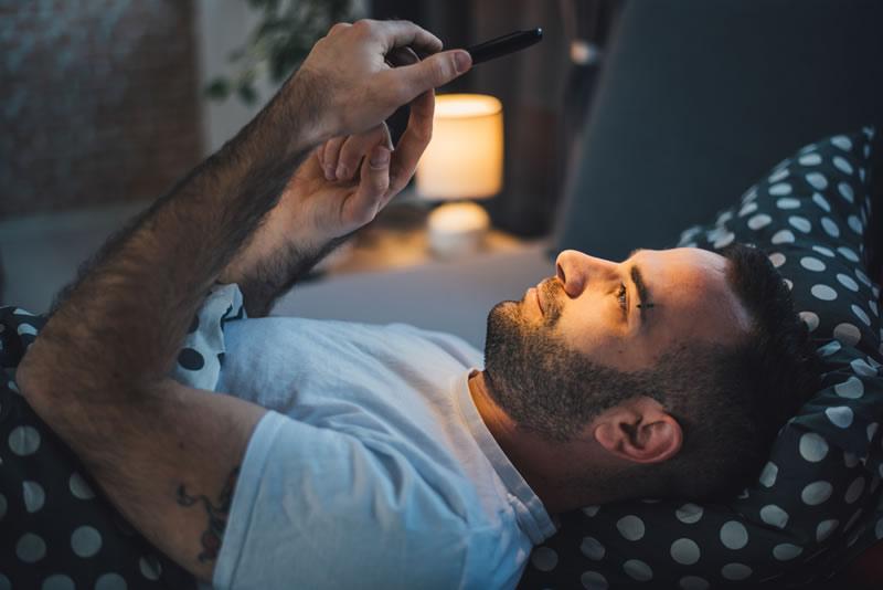 Usar el celular durante la noche provoca trastornos del sueño - usar-celular-noche-cansancio