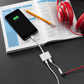 Nuevo conector dual Lightning Audio + Charge RockStar de Belkin llega a México - belkin-lightning-audio-charge-rockstar-f8j198-photo-over-ear-headphones-v01-r01-us