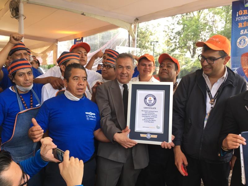 UberEATS y El Tizoncito rompen el récord Guinness de la mayor cantidad de tacos servidos en el mundo - guinness-2-800x600