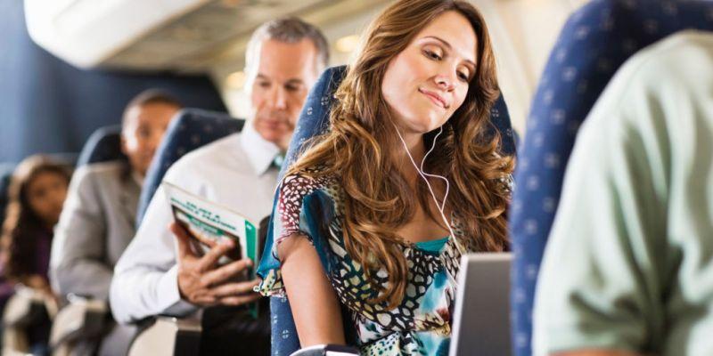 El perfil del viajero mexicano: mujeres y millennials son los que más viajan - o-young-woman-plane-facebook-800x400