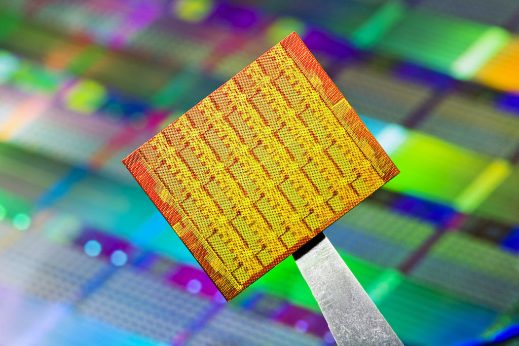 Intel se va en contra la alianza entre Microsoft y Qualcomm - intel-wafer-chip