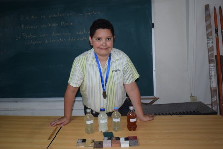 Niño de primaria crea con éxito removedor de graffiti a base de nopal
