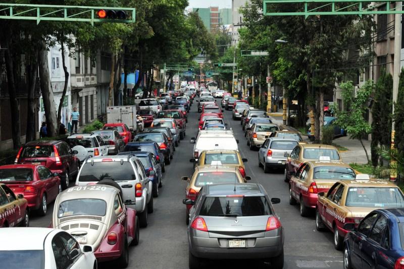 9 cosas que no sabías de los coches que circulan en la CDMX - trafico-cdmx-800x533