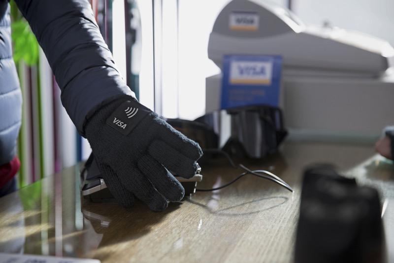 Visa lanza nuevos wearables de pago para los que asistirán a los Juegos Olímpicos de Invierno 2018 - visa-lotte-card-wearable-glove-800x533