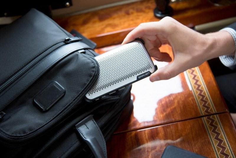 BRAVEN presenta su serie de bocinas Bluetooth Premium - braven-brava-conference-speaker-lifestyle-image-backpage-800x534