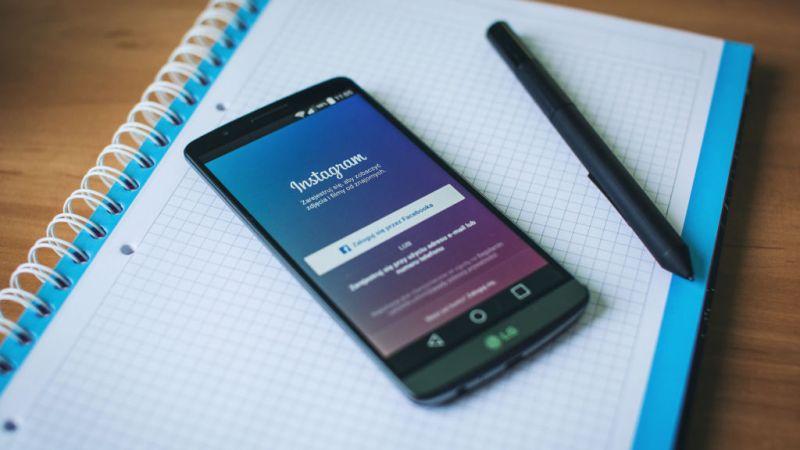 Instagram podría añadir la función de llamadas y videollamadas en sus aplicaciones - instagram-on-phone