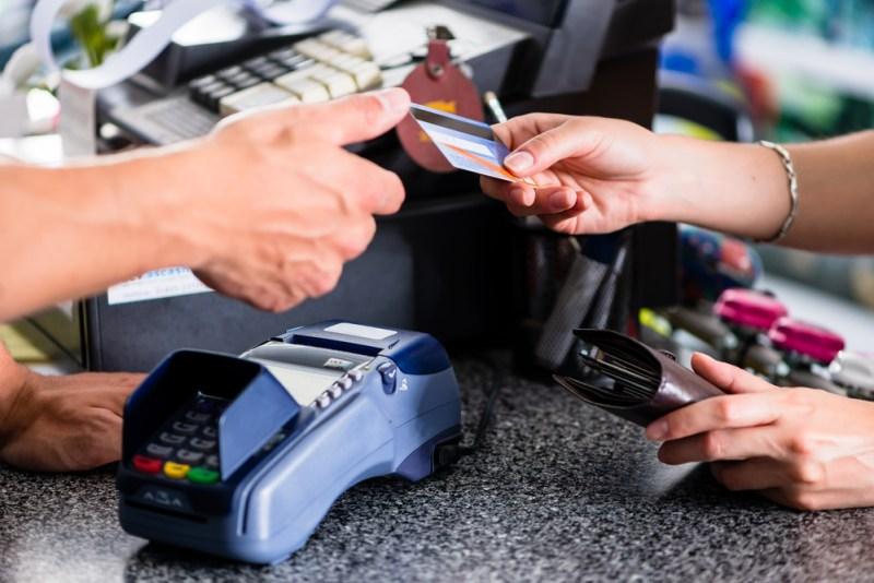 ¿Viajas a Rusia? Recomendaciones para una experiencia de pagos más segura - pago-con-tarjeta-800x534