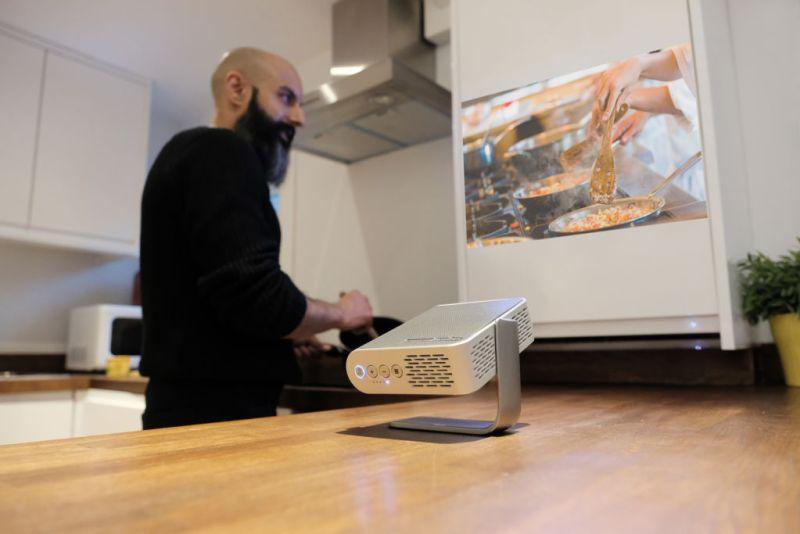 El premiado Proyector portátil M1 de ViewSonic ¡ya disponibilidad en México! - proyector-m1-cocina-800x534