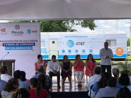 AT&T y Construyendo y Creciendo abren nuevas aulas móviles